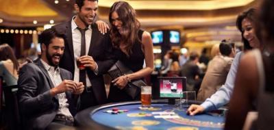 Menschen am Spieltisch im Casino